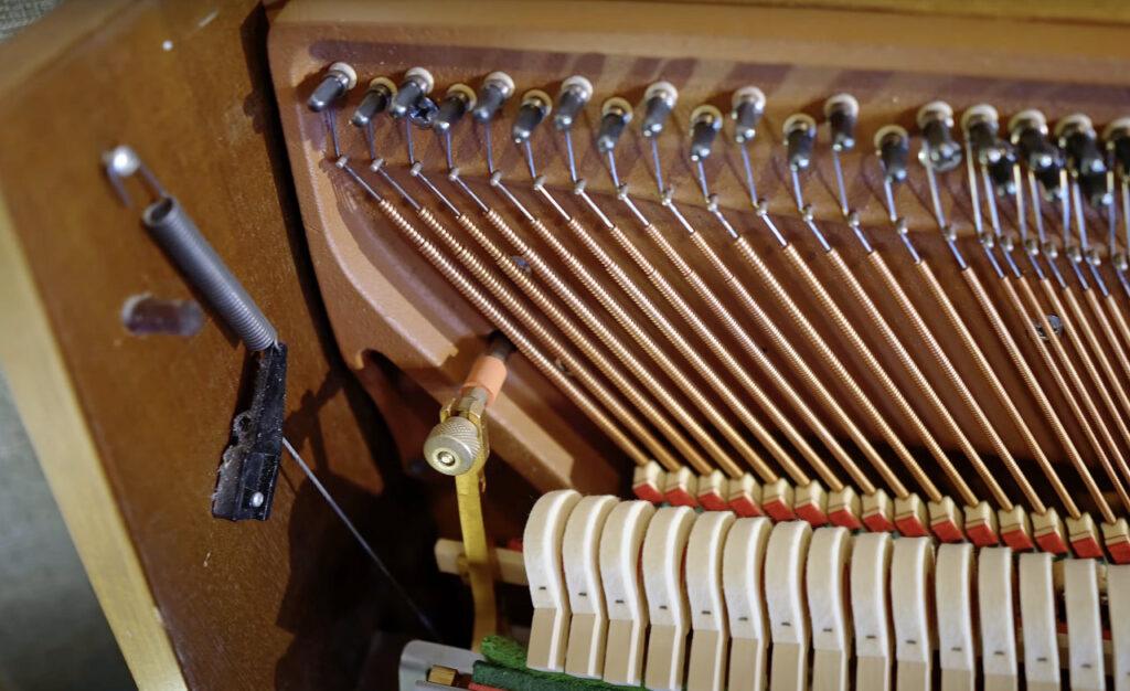 piano-strings-low-keys_single-string-per-key